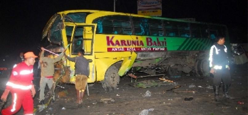Bus Karunia Bakti berhasil dievakuasi setelah terperosok ke sebuah vila usai menghantam sejumlah kendaraan dan menyebabkan kecelakaan beruntun di kawasan Cisarua, Bogor, Sabtu (11/2).