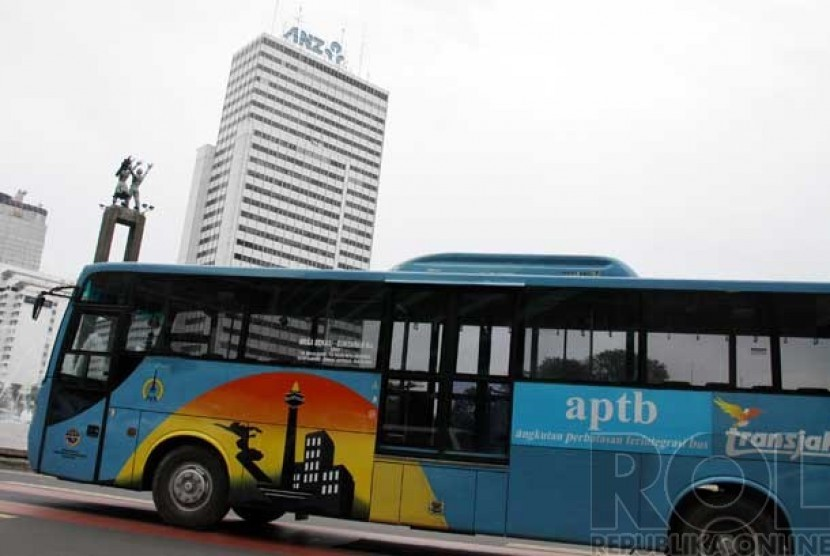 Bus TransJakarta Angkutan Perbatasan Terintegrasi Busway (APTB) jurusan Bekasi-Jakarta melintas di Jalan MH. Thamrin, Jakarta Pusat, Senin (3/6).
