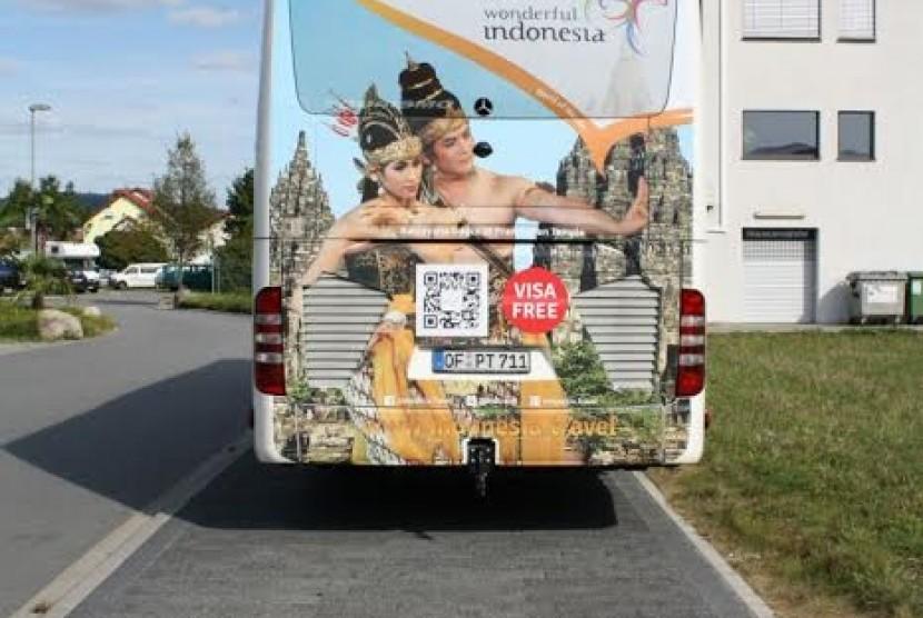 Bus Wonderful Indonesia yang mondar-mandir di Prancis.
