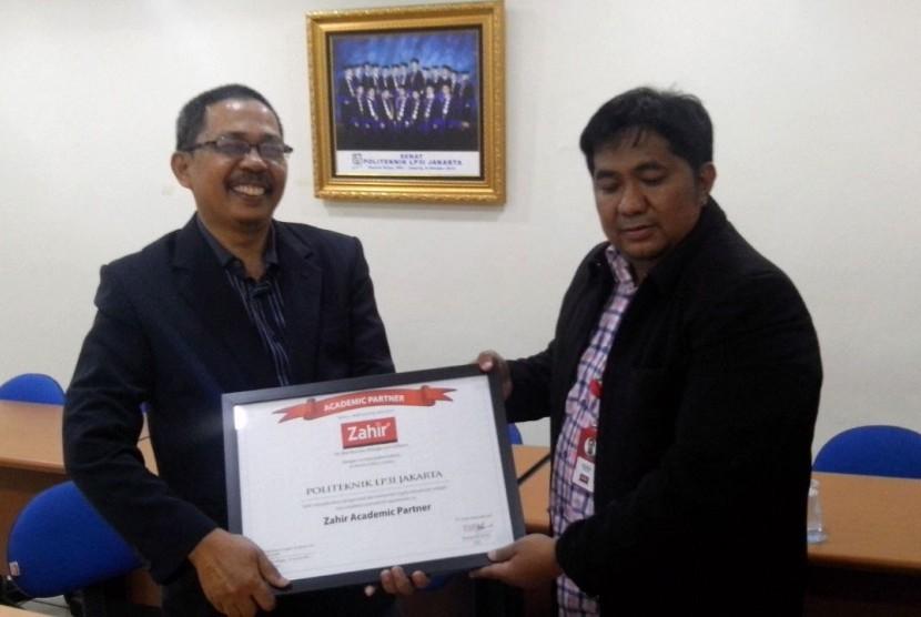 Business Manager PT Zahir Internasional Indra Septiady (kanan) dan Ketua Program Komputerisasi Akuntansi Politeknik LP3I Hamizar menunjukkan piagama kerja sama PT Zahir Internasional dan LP3I.