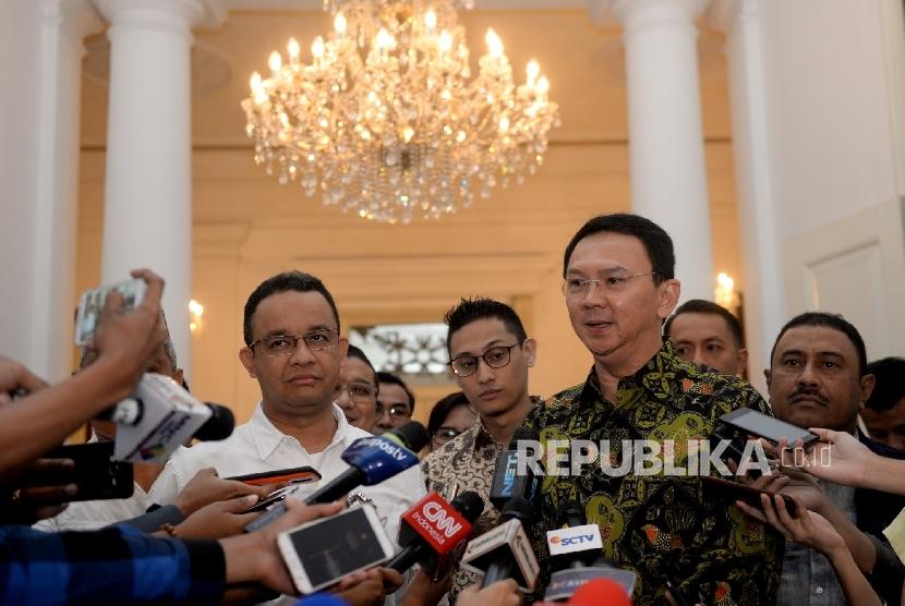 Cagub DKI Jakarta Anies Baswedan (kiri) bersama Gubernur DKI Jakarta Basuki Tjahaja Purnama menjawab pertenyaan wartawan usai pertemuan di Balai Kota DKI Jakarta, Kamis (20/4).