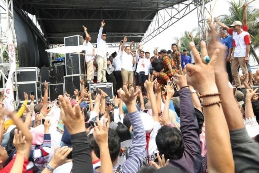 Cagub Jakarta Anies Baswedan menutup masa kampanye Pilkada putaran kedua dengan menyapa ribuan relawan di seberang RPTRA Kalijodo, Jakarta Utara, Sabtu (15/4).