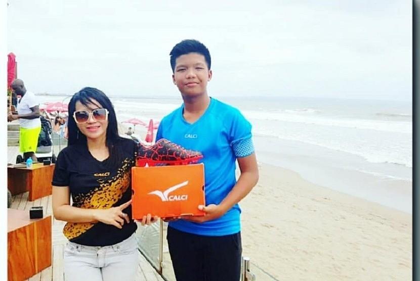 Calci mendukung pesepakbola muda, salah satunya pemain muda asal Bali Kadek Arel Priyatna