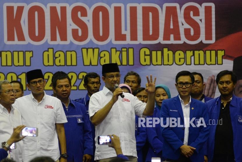 Calon Gubernur dan Wakil Gubernur DKI Jakarta Anies Baswedan dan Sandiaga Uno bersama Ketua DPW PAN DKI Jakarta, Eko Hendro Purnomo saat menghadiri deklarasi dukungan di GOR Jakarta Utara, Sabtu (18/3).