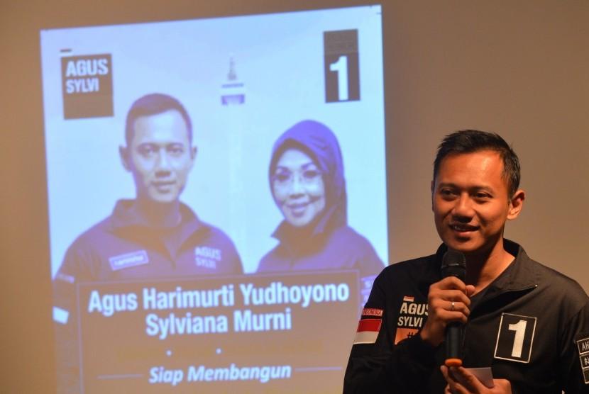 Calon Gubernur DKI Jakarta Agus Harimurti Yudhoyono berpidato saat menemui pensiunan pekerja pendidikan di Jakarta, Selasa (29/11).