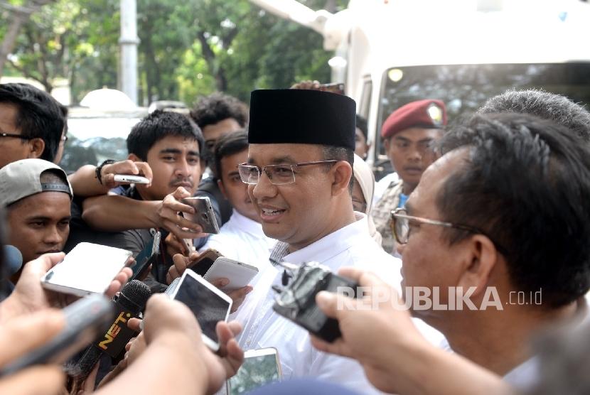 Calon Gubernur DKI Jakarta nomer tiga Anies Baswedan menjawab pertanyaan wartawan di Posko Pemenangan Anies-Sandi Cicurug, Jakarta, Rabu (19/4).