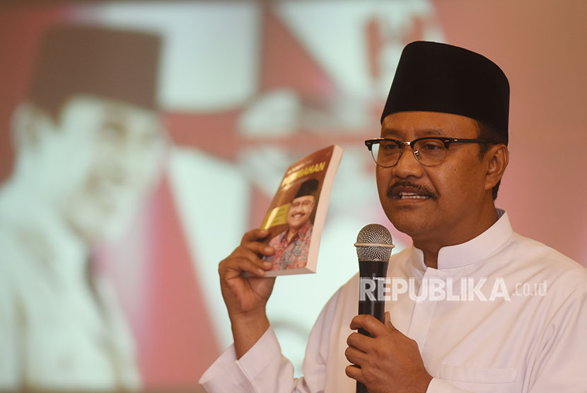 Calon Gubernur Jawa Timur nomor urut dua Saifullah Yusuf menyampaikan orasi politiknya ketika menghadiri Deklarasi dan Konsolidasi Forum Alumni Muda GMNI Jatim di Surabaya, Jawa Timur, Senin (23/4).