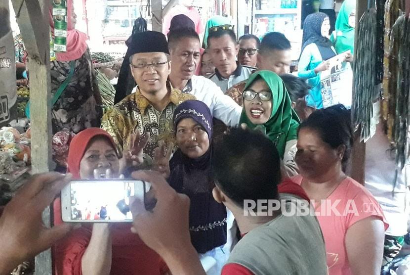 Calon Gubernur NTB Zulkieflimansyah menyambangi pedagang di Pasar Plampang, Kabupaten Sumbawa pada Rabu (28/2) pagi.