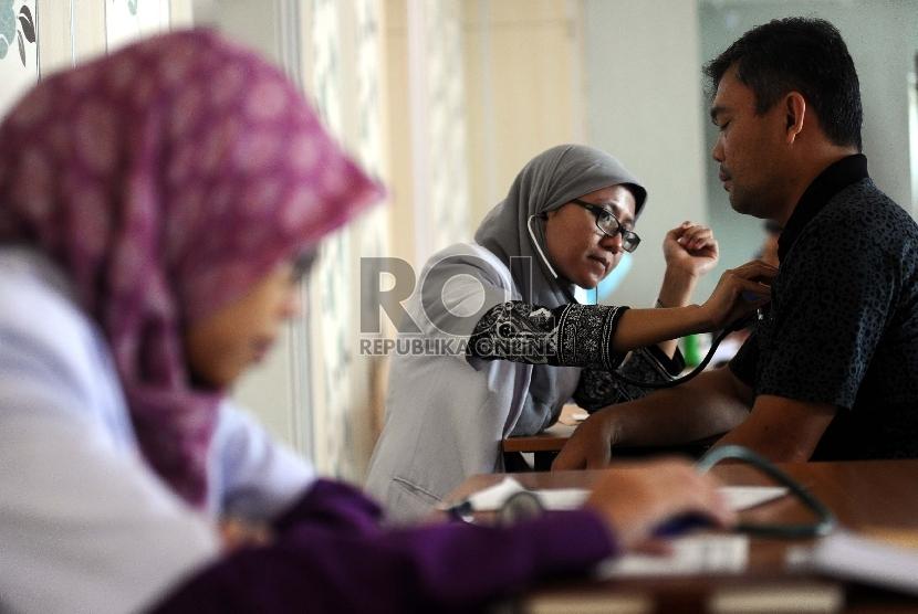 Calon jamaah haji Maktour mengikuti pemeriksaan kesehatan di RS MMC, Jakarta, Ahad (9/8). Calon jamaah haji diberikan suntikan meningitis dan influensa (Ilustrasi)