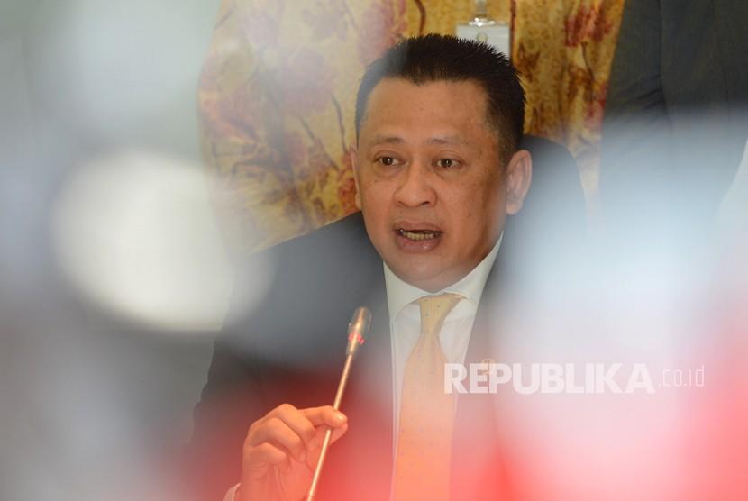 Calon Ketua DPR dari Fraksi Partai Golkar Bambang Soesatyo memberikan keterangan kepada wartawan terkait pengumuman calon ketua DPR dari Fraksi Partai Golkar di Kompleks Parlemen, Senayan, Jakarta, Senin (15/1).
