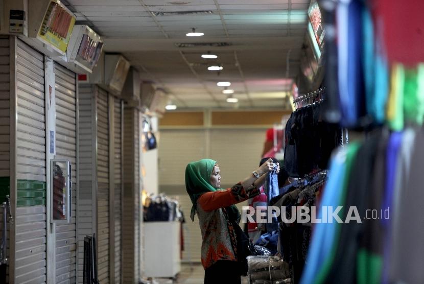 Calon pembeli melihat koleksi salah satu kios di Blok B Tanah Abang, Jakarta, Jumat (7/7).