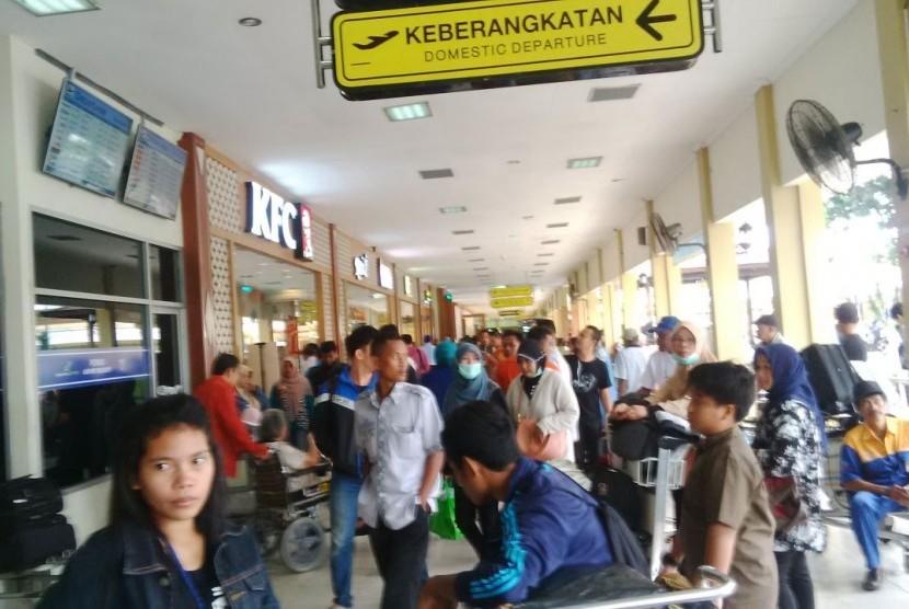 Calon penumpang di Bandara Adisutjipto menumpuk karena penutupan sementara bandara akibat tergelincirnya pesawat Garuda dan cuaca yang buruk, Kamis (2/2)
