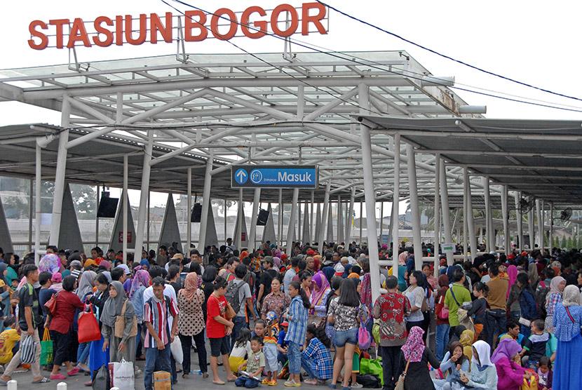 Calon penumpang kereta api Commuter Line antre masuk stasiun Besar Bogor, di Kota Bogor, Jabar, Ahad (19/7).   (Antara/Jafkhairi)