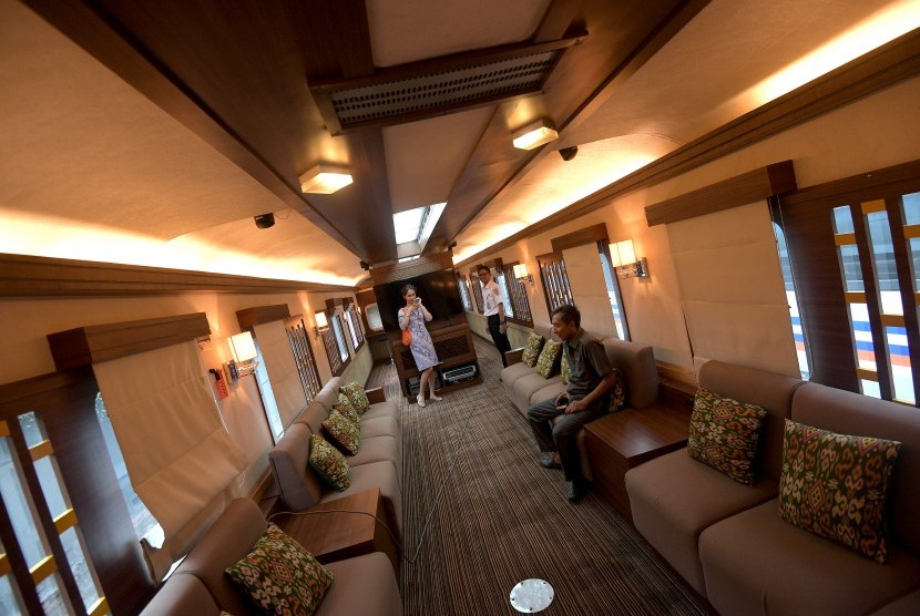 Calon penyewa melihat interior Kereta Wisata Sumatera milik PT Kereta Api Pariwisata di Dipo Kereta Api Jakarta Kota, Jakarta, Kamis (8/6).