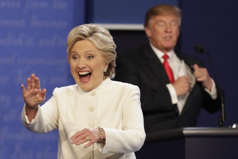 Calon presiden AS Hillary Clinton dan Donald Trump usai melakukan debat ketiga dan terakhir di Las Vegas, rabu, 19 Oktober 2016.