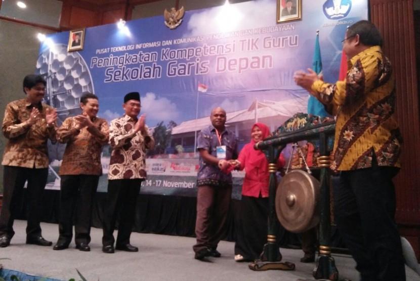 Caption: Mendikbud, Prof. Dr. Muhadjir Effendy dan Menkominfo, Rudiantara, dalam Workshop Peningkatan Kualitas TIK Guru Sekolah Garis Depan, di Surabaya, Selasa malam (14/11/2017).
