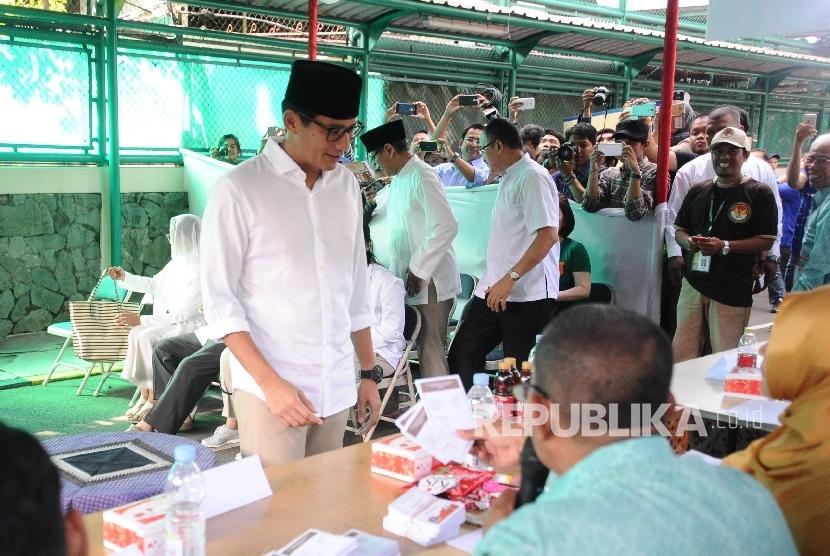 Cawagub Sandiaga Uno mengambil surat suara saat akan pencoblosan di TPS 01 kawasan Senayan, Jakarta, Rabu (19/4).