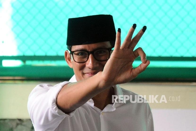 Wakil Gubernur DKI Jakarta terpilih Sandiaga Uno usai melakukan pencoblosan putaran dua di TPS 01 kawasan Senayan, Jakarta.