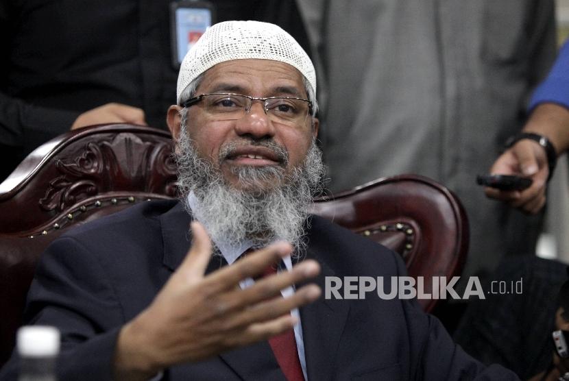 Cendekiawan Muslim asal India Zakir Naik di kantornya, Kompleks Parlemen, Jakarta, Jumat (31/3).