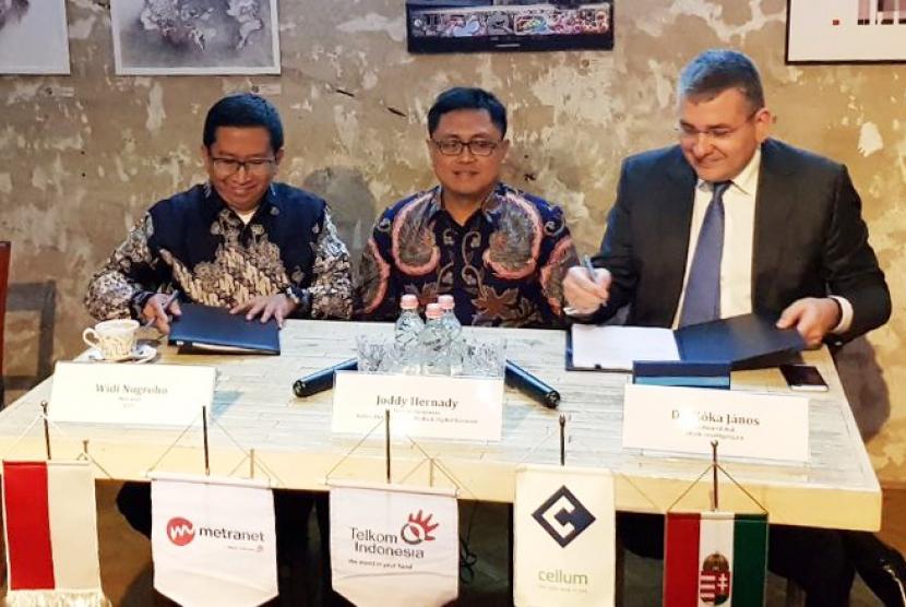 CEO Metranet Widi Nugroho (kiri) bersama CEO Cellum Jànos Kóka (kanan) disaksikan oleh SVP Media & Digital Business Telkom Joddy Hernady saat penandatanganan perjanjian bersyarat antara Telkom Indonesia dengan Cellum Global Zrt. di Budapest, Hungaria, Selasa (30/1).