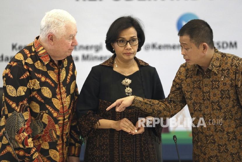 CEO of Arizona-based Freeport-McMoRan Copper & Gold Inc, Richard Adkerson berbincang bersama Menteri Keuangan Sri Mulyani dan Menteri Energi dan Sumber Daya Mineral Ignasius Jonan dalam sebuah kesempatan di Jakarta pada 29 Agustus 2017.