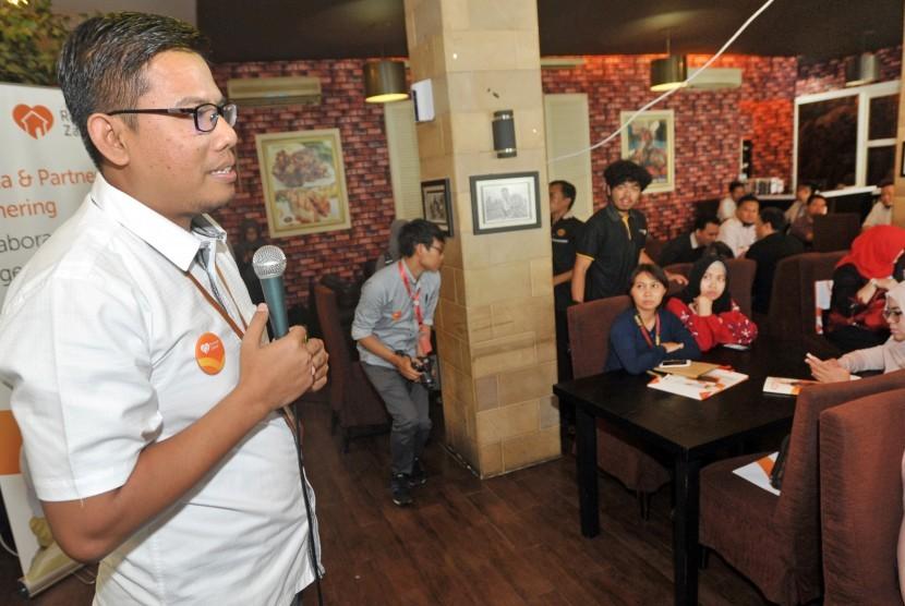 CEO Rumah Zakat Nur Efendi (kiri) berbicara di hadapan para wartawan, di Jakarta, Selasa (16/5).