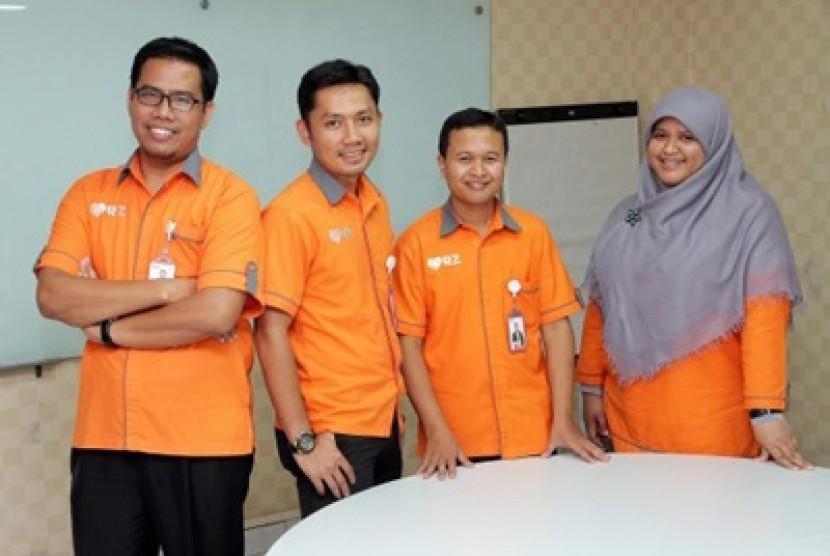 CEO Rumah Zakat Nur Efendi (kiri) bersama tim Rumah Zakat..