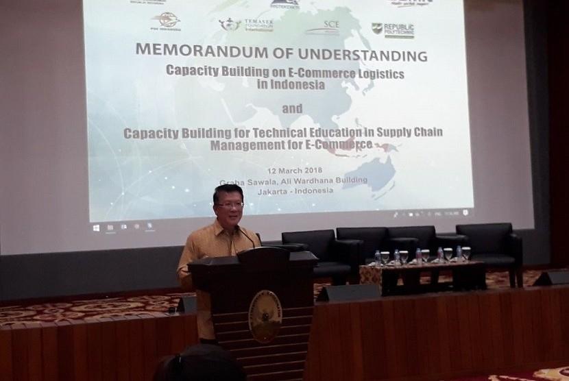 CEO Temasek Foundation Intermasional Benedict Cheong mengawali menandatangani nota kesepahaman (MoU) //Capacity Building on e-Commerce Logistics in Indonesia// dengan Singapore Cooperation Enterprise (SCE) di kantor Kementerian Koordinator Bidang Perekonomian, Jakarta, Senin (12/3).