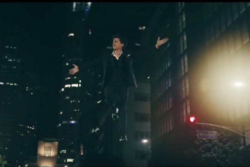 Charlie Puth Lawan Gravitasi di Video Musik 'How Long'