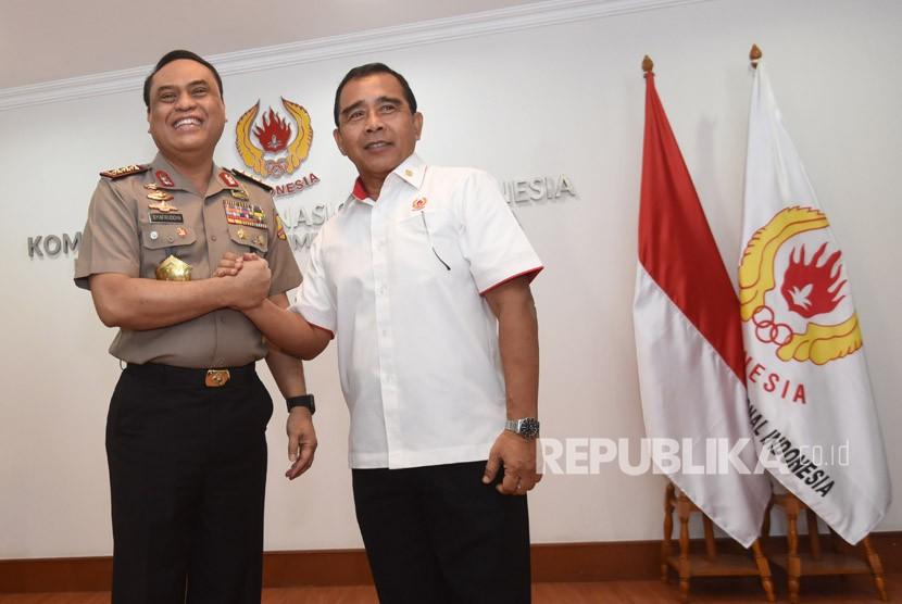 Chef de Mission (CdM) Indonesia dalam Asian Games 2018 Komjen Pol Syafruddin (kiri) berjabat tangan dengan Ketua Umum KONI Tono Suratman (kanan) sebelum menggelar pertemuan di Gedung KONI, Jakarta, Senin (8/1).