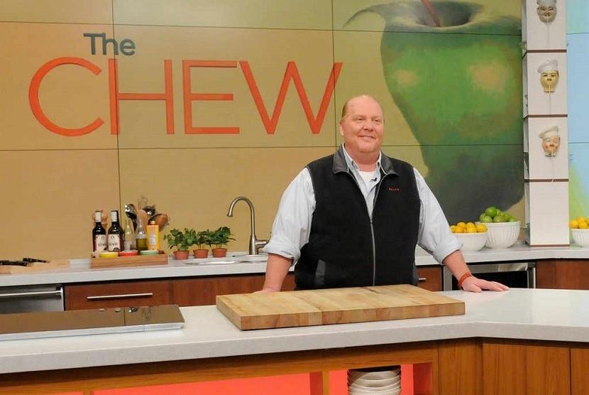 Chef Mario Batali saat memandu acara masak memasak The Chew yang ditayangkan di jaringan stasiun ABC.