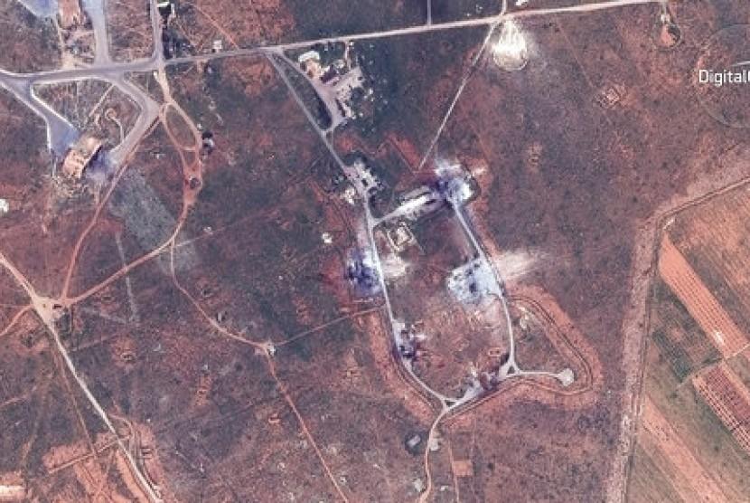 Citra satelit DigitalGlobe pada 7 April 2017 menunjukkan bangunan yang hancur di bagian tenggara pangkalan udara Shayrat, Suriah akibat diserang rudal tomahawk AS.