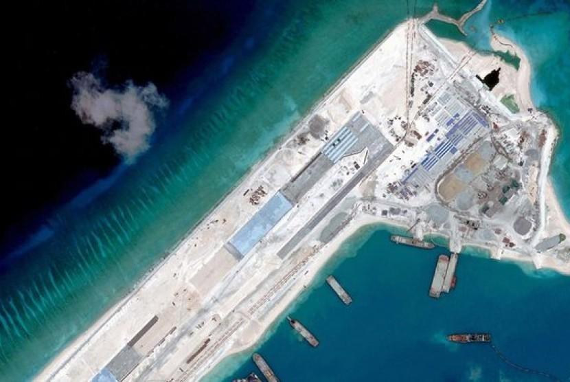 Citra satlit pada April 2015 menunjukkan landasan udara yang sedang dibangun di Karang Fiery Cross, Laut Cina Selatan.