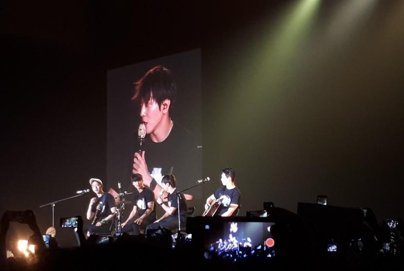 CNBLUE menyanyikan lagu berjudul 'Young Forever' pada konser bertajuk '2017 CNBLUE Live [Between Us] in Jakarta' di ICE BSD Tangerang, Sabtu, (15/7).