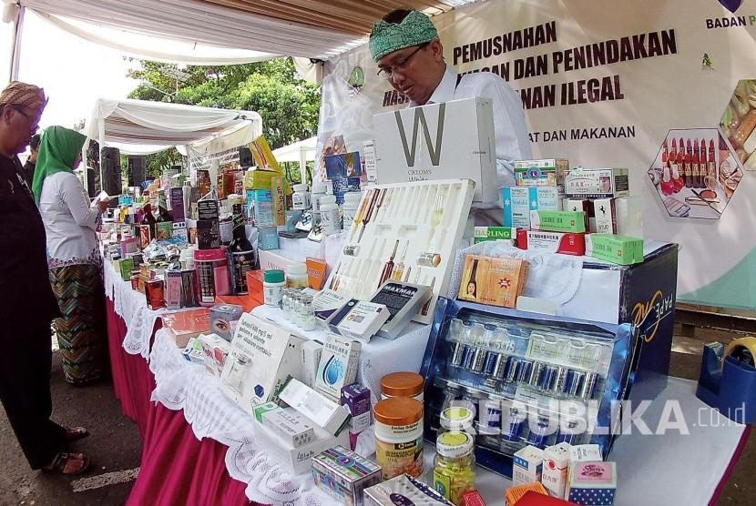 Contoh obat-obatan dan kosmetik ilegal pada pemusnahan Hasil Pengawasan dan Penindakan Obat dan makanan Ilegal oleh balai Besar Pengawas Obat dan Makanan (BPOM), di halaman parkir Belakang Gedung Sate, Kota Bandung, Rabu (21/12).
