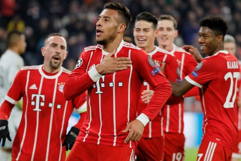 Corentin Tolisso (kedua kiri) merayakan golnya ke gawang Paris Saint-Germain bersama para pemain Bayern Muenchen.