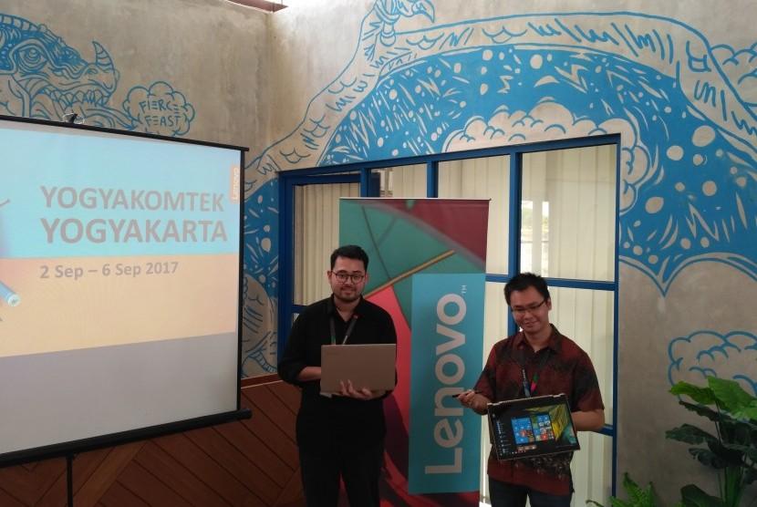 Corporate Communication Lenovo Indonesia, Feby Dayono (kiri) dan Product Trainer Lenovo Indonesia, Indra Gunawan, dalam konferensi pers pameran 'Back to School' Lenovo di Yogyakarta, Senin (4/9).