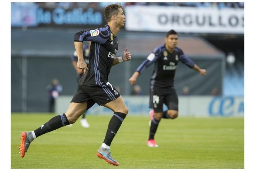 Cristiano Ronaldo berlari seusai membobol gawang Celta Vigo.