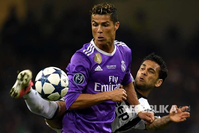 Cristiano Ronaldo dan Dani Alves berebut  bola pada Final Liga Champions Eropa