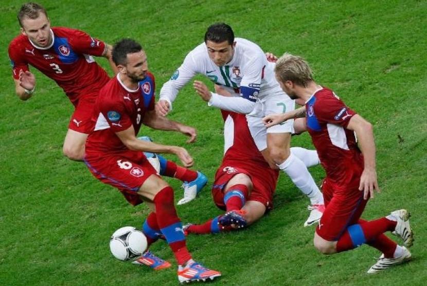 Cristiano Ronaldo di kawal ketat pemain Ceko