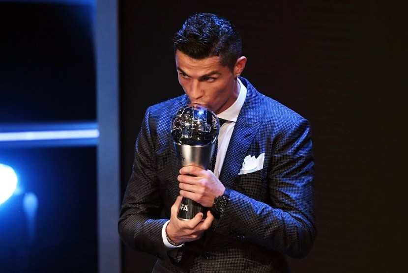 Cristiano Ronaldo mencium trofi Pemain Terbaik FIFA Tahun Ini.