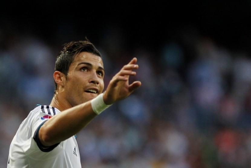 Cristiano Ronaldo saat mencetak gol lawan Granada Ahad (2/9)
