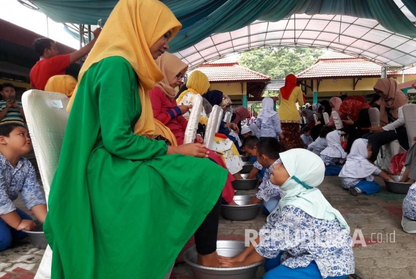 Dalam rangka hari ibu, anak-anak TK Cendekia Indramayu membasuh kaki ibunya masing-masing, Kamis (21/12).