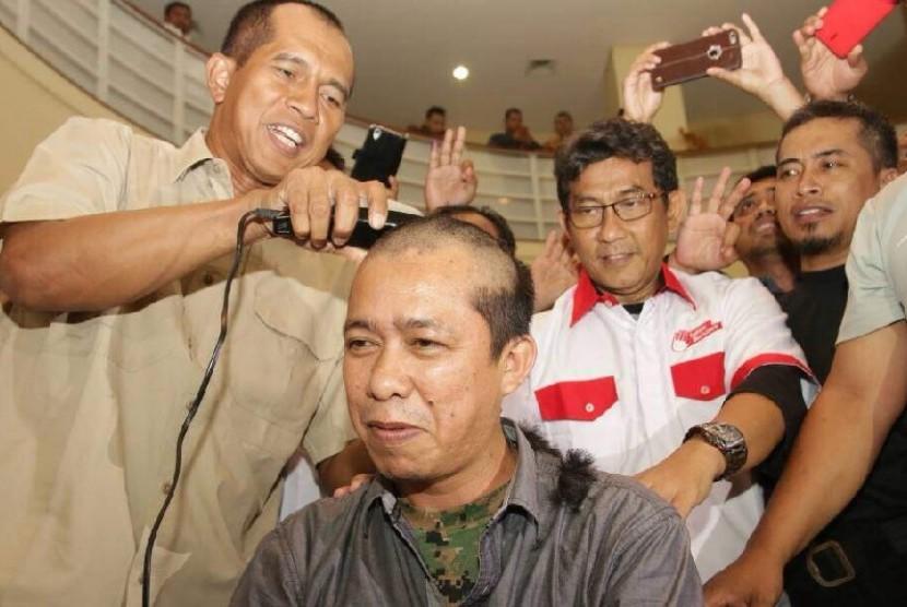 Cucu Mulyono, Kabid Seni dan Budaya DPW PKS Lampung, menuntaskan nazarnya atas kemenangan Anies-Sandi dengan bercukur botak.