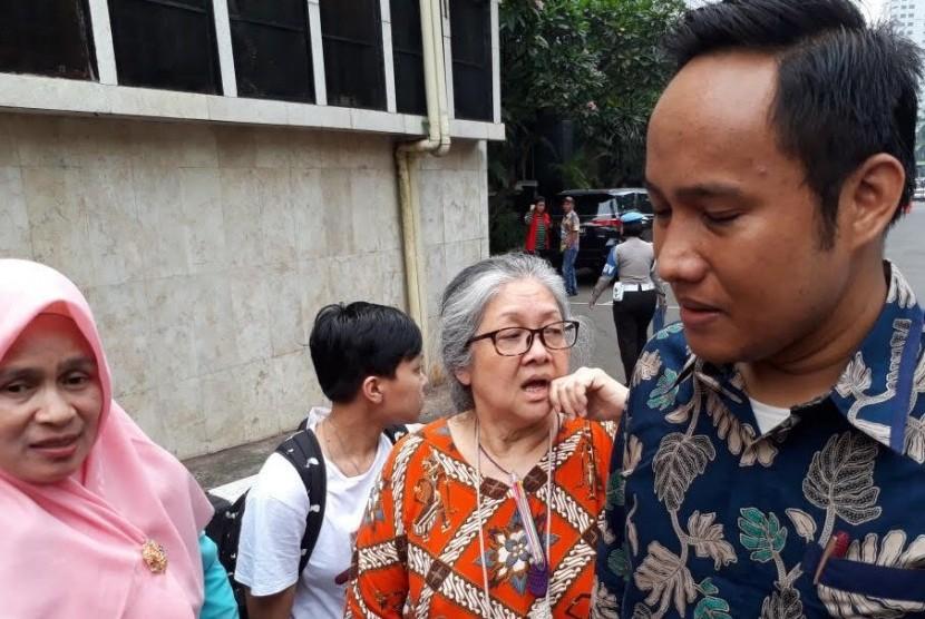 CW (berkacamata) mendatangi Mapolda Metro Jaya untuk diperiksa dengan dugaan penyiksaan dan penyiksaan terhadap lima anak, Jumat (16/3).