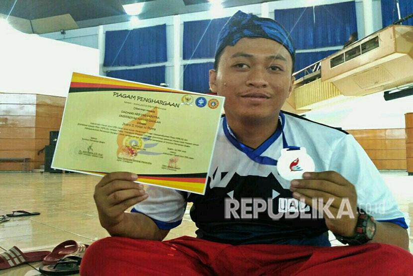Dadang Arif Dwi Saputra, mahasiswa Universitas Ahmad Dahlan (UAD) yang meraih juara umum Tapak Suci di Institut Pertanian Bogor (IPB) Open.  Mahasiswa FKIP PPKN UAD itu mengalahkan 340 lawan dari 32 PTN dan PTS se-Indonesia dan meraih Piala MPR RI.