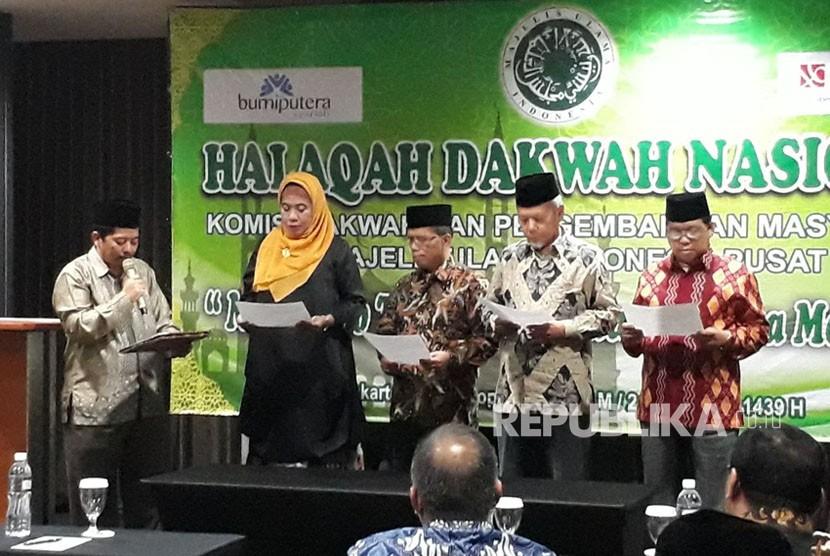 Dai dan daiyah MUI mengikrarkan Islam Wasathiyah Indonesia dalam kegiatan Halaqah Dakwah Nasional yang diselenggarakan oleh Komisi Dakwah MUI di Jakarta Pusat, Senin (13/11) malam.