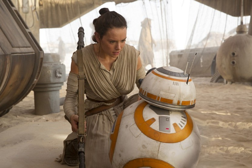 Daisy Ridley, dalam salah satu adegan Film Star Wars The Force Awakens.