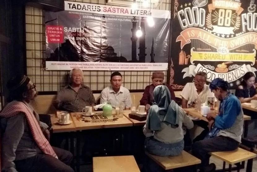Danarto dan sejumlah sastrawan tampil dalam acara Tadarus Puisi Litera di Tangsel, Sabtu (17/6).