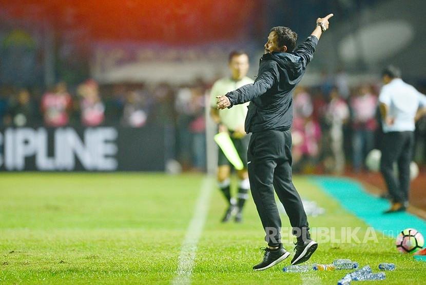 Dancing Soccer: Instruksikan pemain dalam pertandingan menjadi 'tarian' pelatih tim Persib Bandung Djadjang Nurdjaman saat timnya melawan Arema FC, Sabtu (15/4).